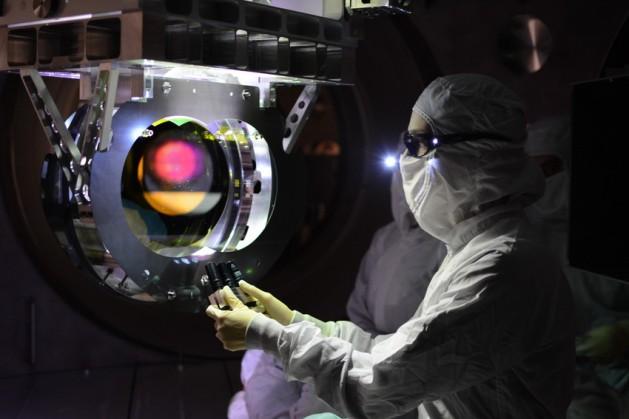 Bloc de foment de les vocacions cièntifiques_ ones gravitatòries_Inspecció òptica a l'interferòmetre LIGO a Livingston (crèdits LIGO)