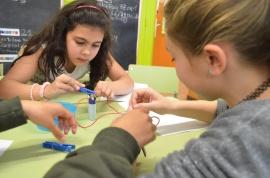 Alumnes experimentant la conductivitat de l'aigua.